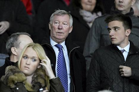 Unitedin entinen manageri Alex Ferguson (kesk.) viihtyy edelleen Unitedin otteluissa, ja moni fani kaipaa häntä takaisin manageriksi.