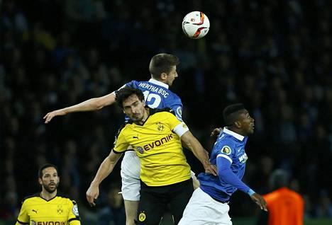 Dortmund-kapteeni Mats Hummels (kesk.) taisteli pallosta Hertha BSC:n Jens Hegelerin (toinen oik.) ja Salomon Kaloun (oik.) kanssa Saksan cupissa.