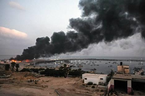 Talo paloi Gazan satama-alueella tiistai-aamuna.