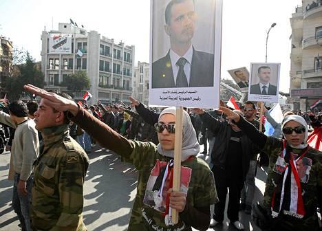 Syrian hallituksen kannattajat osottivat mieltään Damaskoksessa maanantaina.
