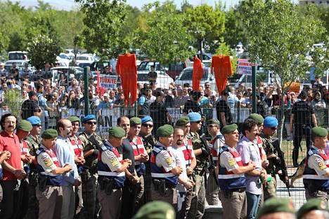 Jokaista oikeuteen marssitettua epäiltyä piteli kaksi poliisia. Paikalle kokoontuneet ihmiset olivat ripustaneet vankila-asuja keppeihin ja toivoivat epäillyille kuolemanrangaistusta.