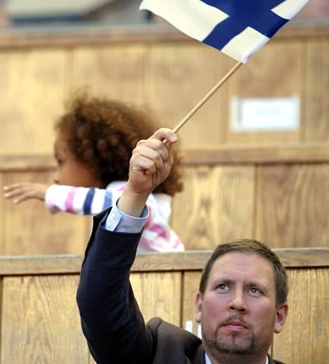 Ministeri Paavo Arhinmäki heilutti viime kesänä Suomen lippua Moskovan stadionilla.