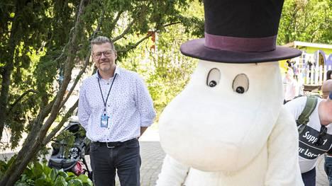 """Muumimaailman toimitusjohtaja Tomi Lohikoski toivoo, että suomalaiset matkailisivat nyt kotimaassa. """"Näen, että huvipuistossa käyminen on turvallista. Huvipuistot ovat tottuneet miettimään toimintaansa turvallisuuden kannalta."""""""