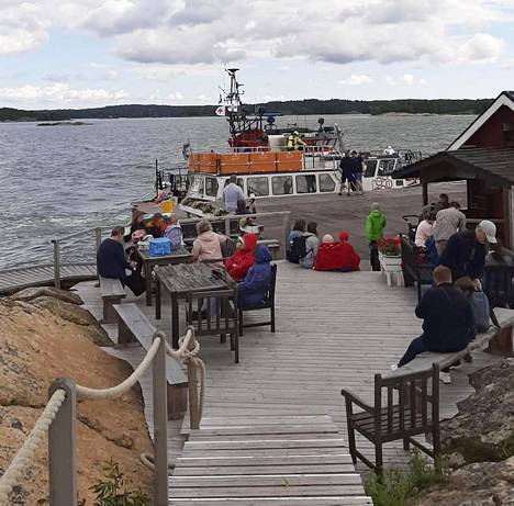 Aluksen kapteeni ohjasi laivan rantaan Loistokarille.