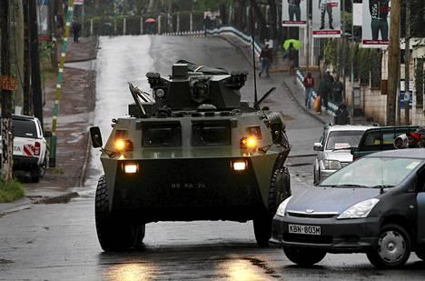 Kenian puolustusvoimat valmiudessa Westgate-ostoskeskuksen luona tiistaina.