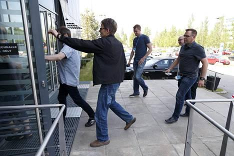 Microsoft ilmoitti matkapuhelintoimintojen lakkauttamisesta Tampereella toukokuussa 2016. Työntekijöitä matkalla infoon.