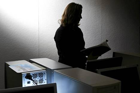 Työtön työnhakija opiskeli Helsingin työttömien tietokoneluokassa.