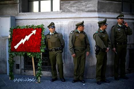 Poliisit vartioivat maanantaina Santiagossa Chilen oikeusministeriön rakennusta, joka oli vallattu protestina sotilasjuntan aikaisten ihmisoikeusrikosten tekijöiden vapautussuunnitelmille.