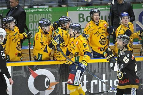 Lukon Roni Sevänen (kesk.) juhli maalia Kärppiä vastaan helmikuussa 2019. Seuraavan maaliskuun kohtaamisesta Seväselle langetettiin yhdeksän ottelun pelikielto.
