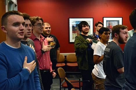 George Mason -yliopiston nuoret republikaanit vannovat uskollisuudenvalan Yhdysvaltain lipulle  kokouksensa aluksi.