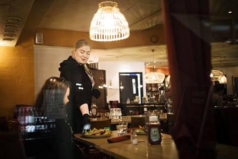 Morrison's Pizzeria & Spagetterian ravintolapäälikkö Tiia Korkalainen palveli asiakkaita salissa vielä torstaina.