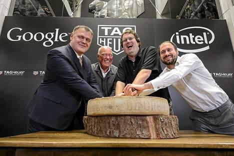 Tag Heuer pääjohtaja Guy Semon (vas.), toimitusjohtaja Jean-Claude Biver, Intelin laitejohtaja Michael Bell ja Googlen Android Wearista vastaava johtaja David Singleton kertoivat yhteistyöstä torstaina.
