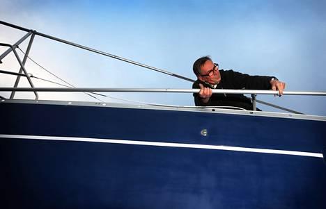 Helsinkiläinen Kaarlo Hartman valmisteli Forte-purjealusta tiistaina talviteloille Helsingin Herttoniemenrannassa. Kesä kahdeksan viikon saaristopurjehduksineen on takana, mutta ensi kesän reitit jo mielessä. Hartmanin aikeena on purjehtia Höga Kustenille, joka sijaitsee Pohjanlahden rannikolla Ruotsissa.
