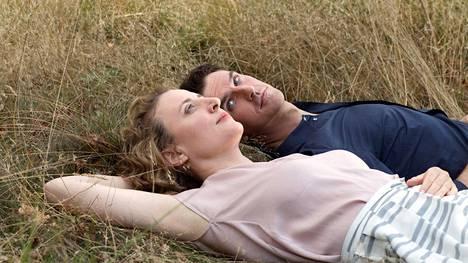 Maren Eggert ja Dan Stevens elokuvassa Ich bin dein Mensch.