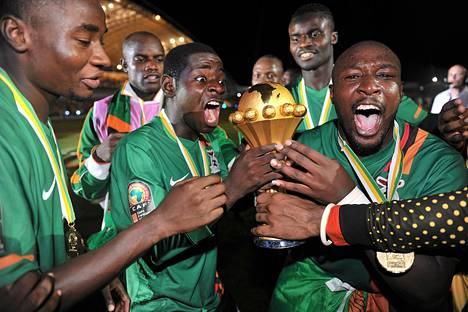 Sambian pelaajat juhlivat Afrikan mestaruusturnauksen voittoa sunnuntaina Gabonin pääkaupungissa Librevillessä.