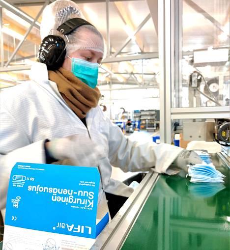 Lifa Airin viime vuonna Espooseen rakentama tehdas pystyy valmistamaan noin 900000 suu-nenäsuojusta ja hengityssuojainta vuorokaudessa.