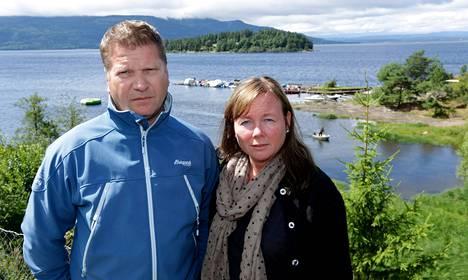 Bjørn ja Aase Margrethe Juvetin kesäpaikka on Utvikan leirintäalueella. Terassilta on suora näkymä Utøyan saarelle. Vuosi sitten Juvetit ja heidän kesänaapurinsa kuulivat ammuskelun ja nuorten avunhuudot järveltä ja riensivät veneillään apuun.