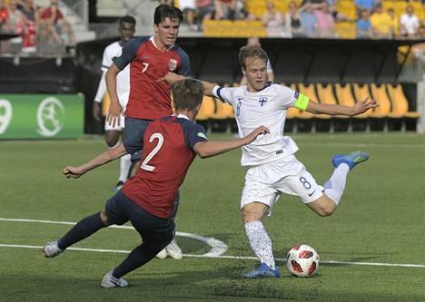 Saku Ylätupa laukoo Norjaa vastaan alle 19-vuotiaiden EM-kisoissa viime kesänä.