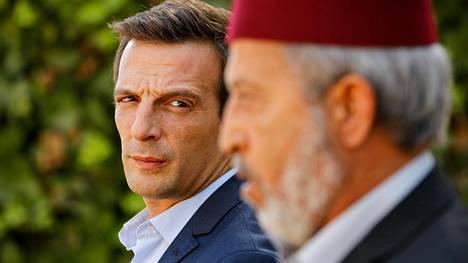 Mathieu Kassovitz on erinomainen Le Bureau -sarjan pääosassa.