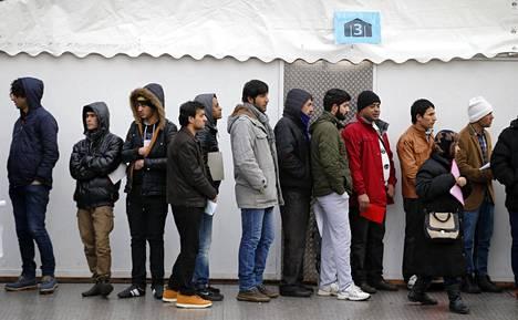 Maahanmuuttajat jonottivat rekisteröintiä Berliinin suurimman turvapaikanhakijoiden rekisteröitymiskeskuksen edessä helmikuussa 2016.