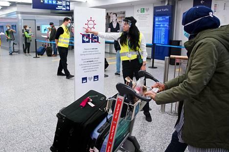 Finavian Monica Mendoza ohjasi maahan tulevia matkustajia Helsinki-Vantaalla lokakuun alussa. Lentokentällä ohjataan matkustajia koronatesteihin.
