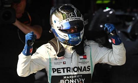 Valtteri Bottas tuuletti voittoaan noustuaan autosta.