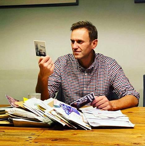 Aleksei Navalnyi luki kannattajiltaan saamiaan tsemppiviestejä lokakuussa.