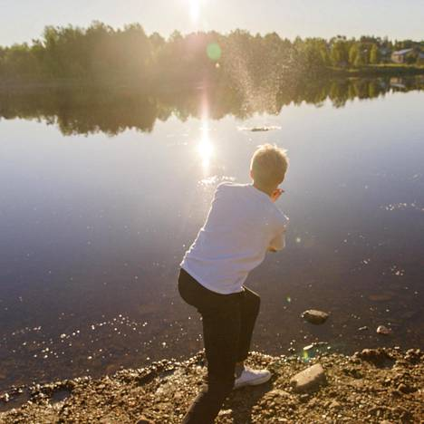 (04.52) Jaakko Keso tuli ystäviensä Tuomo Lahtelan ja Konsta Kotilaisen kanssa heittämään kilpaa leipäkiviä Kitisenjoen rantaan viiden aikaan lauantain ja sunnuntain välisenä yönä.
