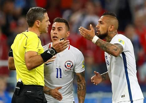 Chilen Eduardo Vargas (kesk.) ja Arturo Vidal protestoivat erotuomari Damir Skominan ratkaisua hylätä joukkueen tekemä maali videotarkistuksen jälkeen alkulohkon ottelussa Kamerunia vastaan.