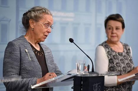STM:n kansliapäällikkö Kirsi Varhila (oik.) ja emeritaprofessori Marjukka Mäkelä julkistivat selvityksen kasvosuojusten käytöstä koronavirustartuntojen ehkäisemisessä.