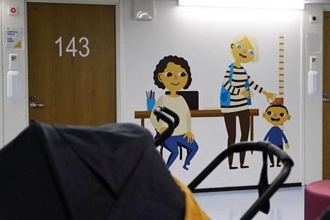 Rattaita Kallion perhekeskuksen käytävällä tammikuussa. Uusi lastenpsykiatrian yksikkö olisi tarkoitettu alle 13-vuotiaille lapsille.