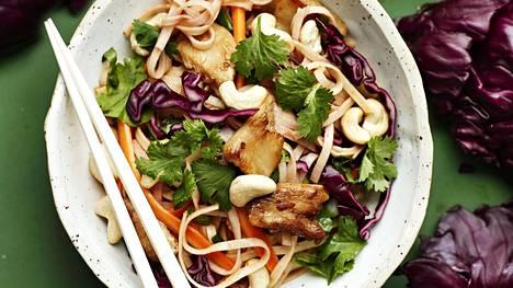 Nuudelisalaattiin voi käyttää vegekanan lisäksi muitakin vastaavia kasviproteiineja.