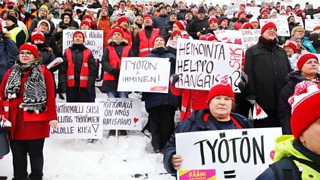 Auli Hämäläinen (oik.) Joensuusta osoitti mieltä Pamin porukan kanssa työttömien aktiivimallia vastaan Senaatintorilla.