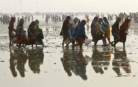 Hindupyhiinvaeltajia Bengalinlahdella kylvettyään pyhässä Gangesjoessa.