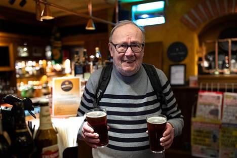 Holger Frisk on menossa vaimonsa kanssa Sveitsiin, ja pariskunta ottaa lähtöoluet lentoaseman Oak Barrel -baarissa.