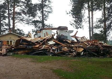 Salama sytytti laihialaisen omakotitalon tuleen varhain torstaiaamuna. Talo tuhoutui palossa ja sen sammutustöissä täysin.