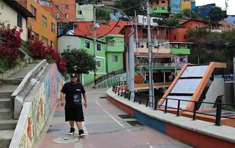 """Rap-artisti Jeison Castaño on nähnyt Medellinin muutoksen. """"Vielä on paljon tehtävää. Medellin on yhä Latinalaisen Amerikan epätasa-arvoisimpia kaupunkeja"""", hän sanoo."""