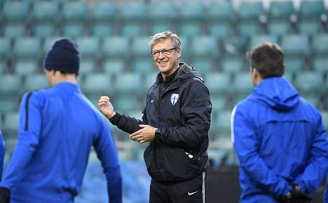 A-maajoukkueen päävalmentaja Markku Kanerva ohjeisti hyväntuulisena pelaajiaan Tallinnan A. Le Coq -areenalla torstaina.