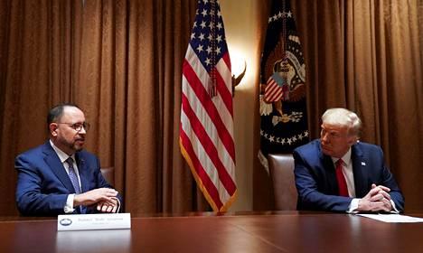 Yhdysvaltain presidentti Donald Trump (oik.) ja Goyan toimitusjohtaja Robert Unanue Valkoisessa talossa 9. heinäkuuta.