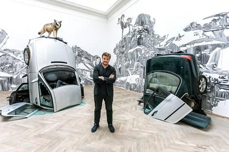Victor Ashin Autovuori (2018) on saanut huipulleen täytetyn suden. Arkkitehti Bjarke Ingels installaation keskellä.