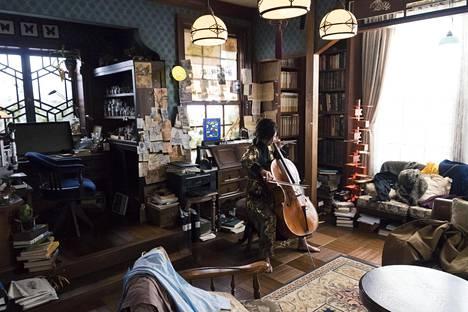 Japanilaisen Sherlockin (Yūko Takeuchi) kodissa on tutun näköistä. Lontoon-Sherlockin lempisoitin viulu on nyky-Tokiossa vaihtunut selloon.