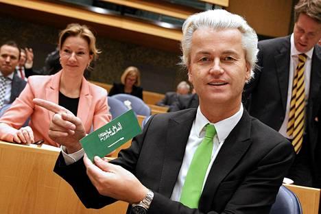 Geert Wilders esittelee Saudi-Arabian suututtanutta tarraa