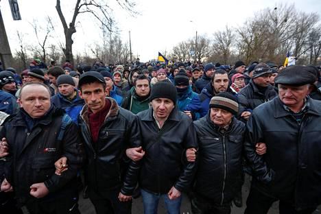 Asukkaat vastustivat torstaina Kiinasta evakuoitujen ihmisten tuomista karanteeniin Novy Sanžaryn pikkukaupunkiin Ukrainaan.