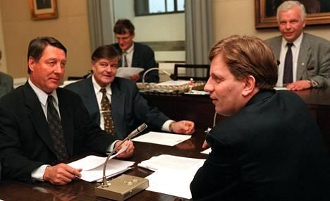 Kauko Juhantalo, Mikko Pesälä, Esko Aho ja Aapo Saari keskustan eduskuntaryhmän kokouksessa tammikuussa 1999.
