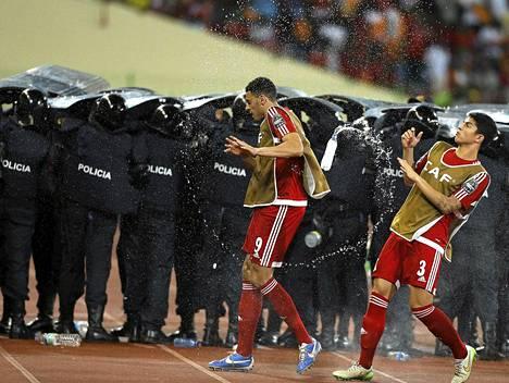 Jalkapallo-ottelussa puhkesi kaaos toisen jakson loppupuolella.
