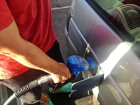 St1-aseman sinisestä tankkauspistoolista saadaan RE85-bioetanolia, joka sopii flexfuel -toiminnolla varustettuihin autoihin.