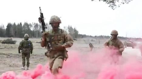 Virossa huhti–toukokuussa pidetty Kevätmyrsky-sotaharjoitus järjestettiin koronakriisin vuoksi typistettynä kolmannekseen alkuperäisestä suunnitelmasta ja vain asevoimien alueella. Pysäytyskuva Naton välittämästä videosta.