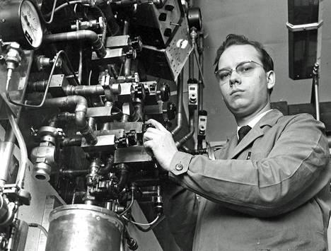 Diplomi-insinööri Björn Holmström ja matalien lämpötilain laite Otaniemessä. Monta vaihetta sisältävän järjestelmän vaiheissa haihdutetaan harvinaista heliumin isotooppia helium 3 ja tämän alkujäähdytyksen jälkeen magneettisesti paramagneettista ainetta, jonka lämpötila saavutti loppiaisyönä uuden pohjoismaisen ennätyksen 0,018 astetta absoluuttisen nollapisteen yläpuolella.