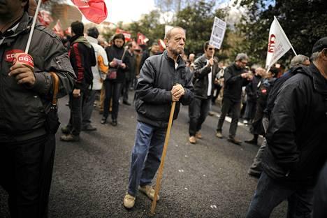 Mies osallistui mielenosoitukseen Madridissa sunnuntaina. Ihmiset vaativat päättäjiltä poliittisia uudistuksia, muun muassa puuttumista maan korkeaan työttömyysprosenttiin.