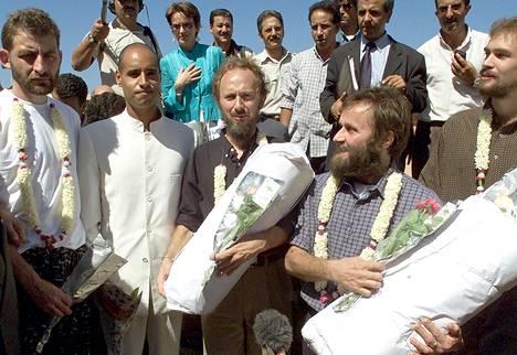 Tripolissa 12. syyskuuta 2000 otetussa kuvassa Libyan pääneuvottelija Rajab Azzaruk (vas.) ja Libyan johtajan poika Saif al Islam Gaddafi poseeraavat neljän Jolon saarelta vapautetun panttivangin kanssa. Saif al-Islamin vieressä oikealla seisoo Risto Vahanen ja hänestä oikealle Seppo Fränti.